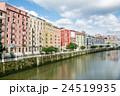 ビルバオの街並み 川沿いに立つカラフルなマンション 24519935