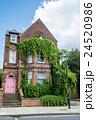 ロンドン郊外 赤レンガ造りの建物 24520986