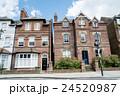 ロンドン郊外 赤レンガ造りの建物 24520987