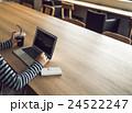女性 カフェ ノートパソコンの写真 24522247