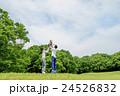 新緑の公園で遊ぶ親子 24526832