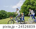 新緑の公園で自転車に乗る親子 24526839