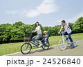 新緑の公園で遊ぶ親子 24526840