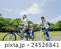 新緑の公園で遊ぶ親子 24526841