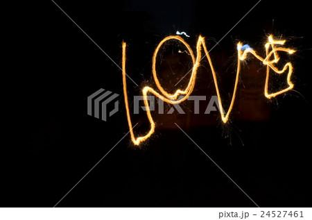 花火で描かれたLOVEの写真素材 [24527461] - PIXTA