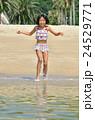 海水浴を楽しむ女の子 24529771