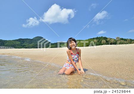 海水浴を楽しむ女の子 24529844