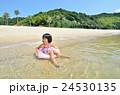 海水浴を楽しむ女の子 24530135
