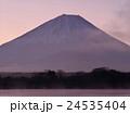精進湖の朝 24535404