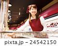 スーパー スーパーマーケット 店員 スタッフ 女性 笑顔 小売業 ビジネス サービス業 接客 24542150