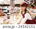 スーパー スーパーマーケット 店員 スタッフ 女性 笑顔 小売業 ビジネス サービス業 接客 24542151
