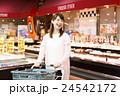 スーパー スーパーマーケット 買い物 ショッピング 女性 お客 24542172