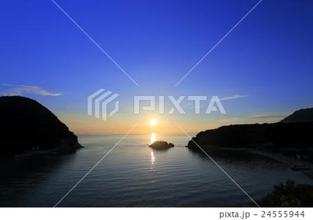 浦島伝説の地、三豊市荘内半島「鴨ノ越」の夕暮れ(左は丸山島) 24555944