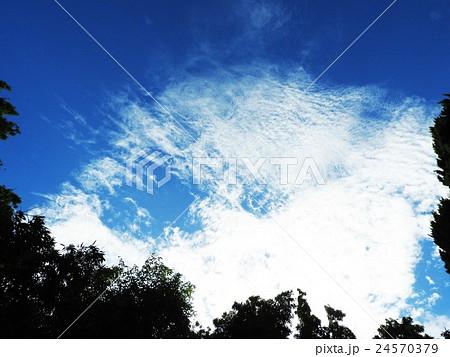 雲には、「行雲流水」のように人生を表す言葉も多い。人は雲の動きから、人生に思いを致したのであろう。 24570379