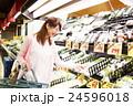 スーパー スーパーマーケット 買い物 女性 お客 ショッピング 買物 若い女性 主婦 24596018