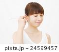 女性 耳掻き 白バック 24599457