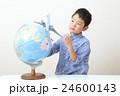地球儀と飛行機で遊ぶ子供 24600143
