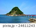 青い海に浮かぶ白山島へと続く赤い橋 24611243