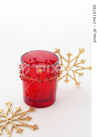 クリスマスグッズ赤いグラスのキャンドルと雪の結晶型オーナメントの写真素材 [24619786] - PIXTA