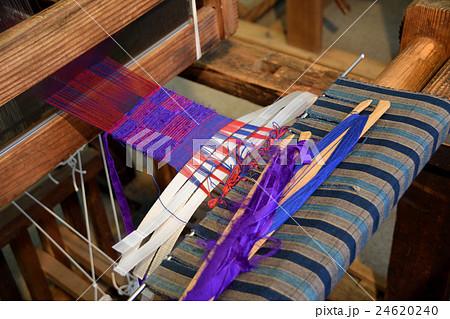 機織り機で織る市松模様 24620240