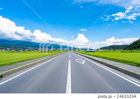 【長野県】田園風景を抜ける一本道 24620294