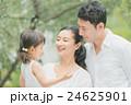 家族 散歩 笑顔の写真 24625901