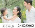 家族 散歩 笑顔の写真 24625902