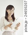 女性 笑顔 白バックの写真 24650207