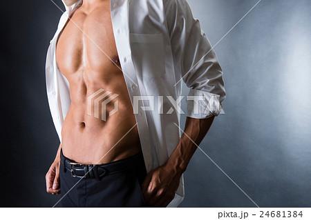 割れた腹筋の男性 24681384