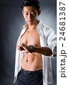 割れた腹筋の男性 24681387