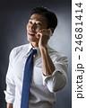 電話をかける男性 24681414