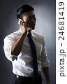 電話をかける男性 24681419