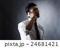 電話をかける男性 24681421
