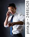 電話をかける男性 24681426