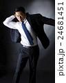 スーツを着るビジネスマン 24681451