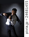 スーツを着るビジネスマン 24681455