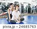 フィットネスジムで運動する女性 24685763