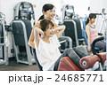 フィットネスジムで運動する女性 24685771