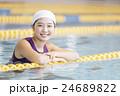 フィットネスジムで運動する女性 24689822