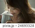 マグカップを持つ30代女性 24693328