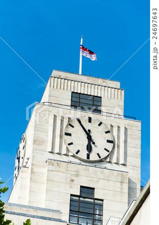 白い石造りの建物と大きな時計 ロンドンの建物 24697643