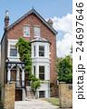 ロンドン郊外 赤レンガ造りの建物 24697646