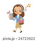 スマートフォンで音楽を聴きながら歩く若い女性 24723922