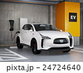 立体駐車場に充電している白色の電気自動車SUV 24724640