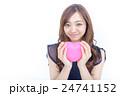 ピンク色のハートを持つ若い女性 24741152