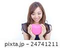 ピンク色のハートを持つ若い女性 目線外し 24741211
