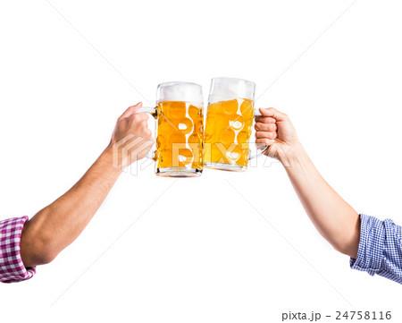 Two unrecognizable men clinking with beer mugsの写真素材 [24758116] - PIXTA