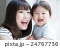 赤ちゃん ママ 親子の写真 24767736