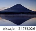 精進湖の朝 24768026