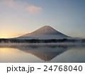 精進湖の朝 24768040